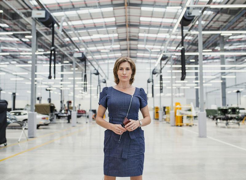 femme debout dans un hangar